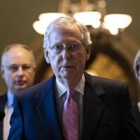 Le leader de la majorité républicaine au Sénat, Mitch McConnell, marche vers son bureau du Capitole le 4 octobre 2018, à Washington.