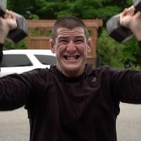 Marc-André Barriault s'entraîne à l'extérieur à l'aide de poids et haltères.