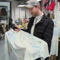 Christopher Raeburn dans son atelier, il présente l'une de ses créations