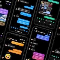 Huit téléphones affichant des conversations sur Messenger utilisant le mode sombre.