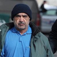 Mohammad Shafia menotté.
