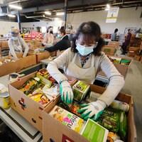 Une bénévole dans l'entrepôt de Moisson Montréal.