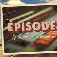 Carte postale illustrant l'épisode 10 de la série audio Mon Amérique. Gros plan sur une console de studio.