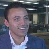 Moncef Lakouas, souriant, dans les studios de Radio-Canada.