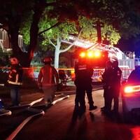 Des pompiers du Service de sécurité incendie de Montréal et des agents du SPVM sur les lieux d'un incendie.