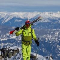 Guillaume Otis au sommet d'une montagne enneigée.