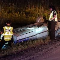 Des policiers sur le site d'un accident de la route.