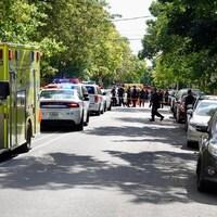 Une ambulance et des véhicules de police.