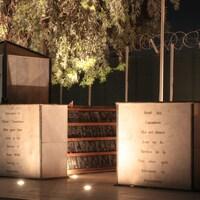 Sur une plaque, on peut lire « Dédié aux Canadiens qui ont donné leur vie au service de la paix alors qu'ils servaient en Afghanistan ».