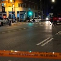 Des véhicules de police se trouvent sur les lieux de l'accident.