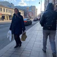 Deux piétons sur un trottoir