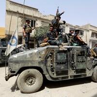 Des membres de la police fédérale irakienne patrouillent dans les rues de Mossoul.