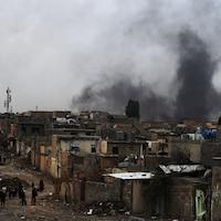 Des familles quittent le quartier Nablus alors que l'offensive des forces irakiennes débute dans l'ouest de Mossoul.