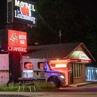 Un camion de la Sûreté du Québec devant un motel