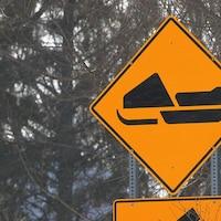 Un panneau avec un pictogramme de motoneige