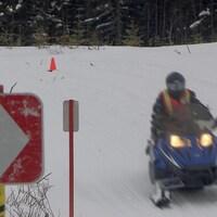 Un motoneigiste sur la piste à Port-Cartier.