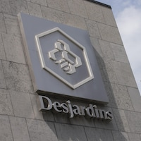 L'enseigne de Desjardins, à l'extérieur du Complexe du même nom, à Montréal.