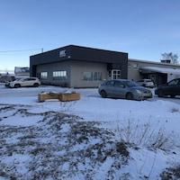 Les bureaux de la MRC de Sept-Rivières, à Sept-Îles. Il y a plusieurs voitures dans le stationnement.
