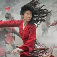 Une guerrière équipée d'une épée se bat avec des soldats.