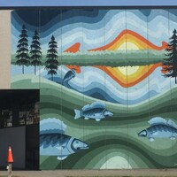 Une oueuvre d'art peinte sur un mur extérieur.