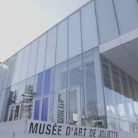 Édifice et enseigne du Musée d'art de Joliette.