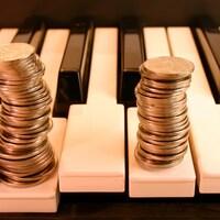 Des pièces d'argent sur des notes de clavier.