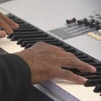 Gros plan sur les mains d'un musicien qui joue du piano