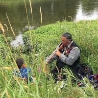 Le chef de la Première Nation des Chippewas de la Thames, Myeengun Henry, près de l'endroit où le pipeline d'Enbridge traverse le cours d'eau, au nord de London.