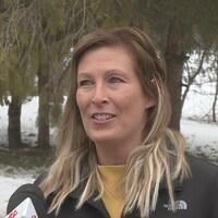 L'enseignante Nadia Dicaire parle au journaliste.