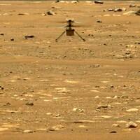 Un petit appareil survole le sol martien.