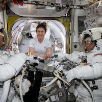 L'astronaute Christina Koch (centre) et ses collègues Nick Hague (gauche) et Anne McClain (droite).