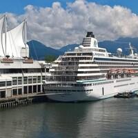 Un navire de croisière amarré au quai de Vancouver près de la Place du Canada.