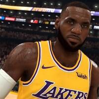 Capture d'écran du jeu vidéo NBA 2K20. Il y a deux joueurs de basket des Lakers de Los Angeles en uniforme.