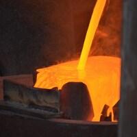 De l'or en fusion est coulé dans un moule à la mine d'Anaconda, à Terre-Neuve.