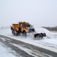 Un chasse-neige sur une route de Saskatchewan.