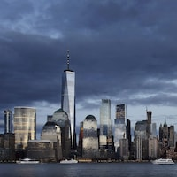 La ville de New York vue du niveau de la mer avec ses immeubles qui déchirent le ciel.