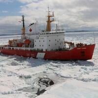Le NGCC Henry Larsen sur les eaux glacées.