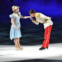 Nick Bradley Kelly portant un costume de prince et embrassant la main d'une princesse.