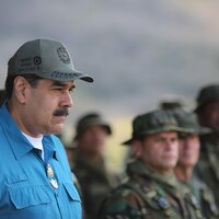 Nicolas Maduro debout.