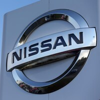 Un logo du constructeur automobile japonais Nissan est photographié sur une grosse enseigne.