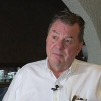 Normand Campbell dans la salle à manger de son restaurant.