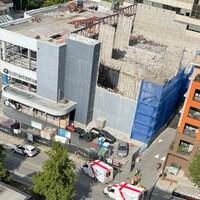 Une vue aérienne d'un immeuble en construction.