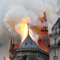 Une imposante colonne de fumée était visible à des kilomètres à la ronde.