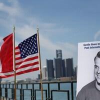 Affiche de Gordie Howe, un drapeau canadien et un drapeau américain  avec la ville de Détroit en arrière plan.