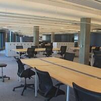 Les employés de lg2 intégreront leurs nouveaux espaces de bureaux dans le Technopôle Angus à Montréal lorsque les conditions sanitaires le permettront. À la lumière du succès du télétravail pour le travail individuel, cette salle a été reconfigurée pour permettre aux employés d'y venir dans le but, d'abord, de collaborer en équipe.