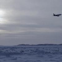 Un avion prend son envol dans le ciel.