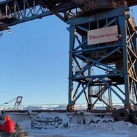 Des installations du port de Milne Inlet durant l'hiver.