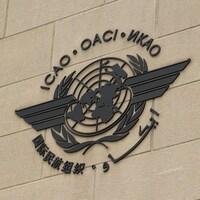 Le logo de l'OACI, sur immeuble.