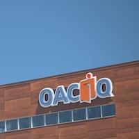 Le sigle de l'OACIQ sur un immeuble.