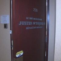 La porte du bureau de circonscription de Justin Trudeau à Montréal.